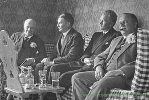 Hjalmar Procopé, Runar Schildt, Jarl Hemmer och Henry Rein hos Holger Schildt på Kungsholmen i Pellinge 1922. Bild ur SLS arkiv.