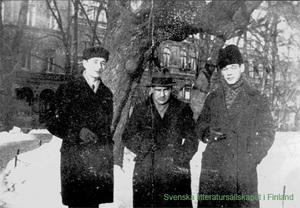 Rabbe Enckell, Gunnar Björling ja Torger Enckell ravintola Opriksen edessä,  Helsingissä 1928. Kuva SLS:n arkistosta.
